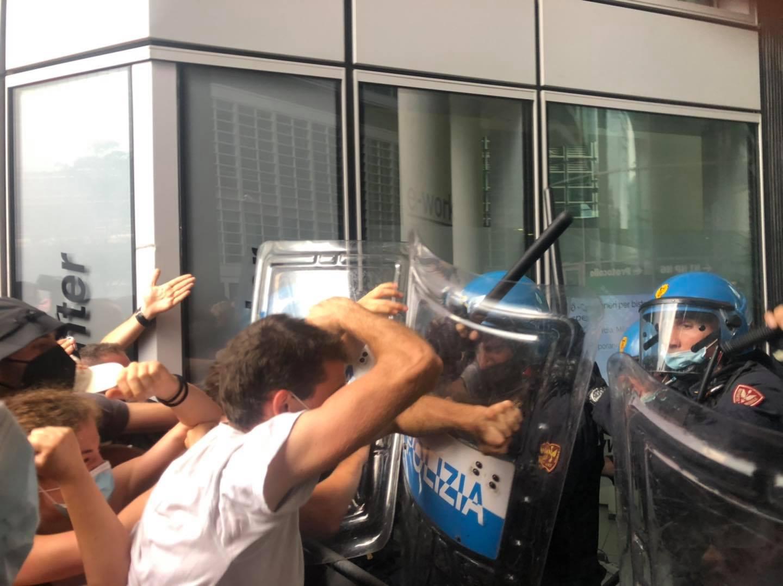 Tafferugli con la polizia durante la consegna del foglio di allontanamento